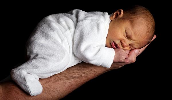 Baby schläft nur auf dem Arm ein