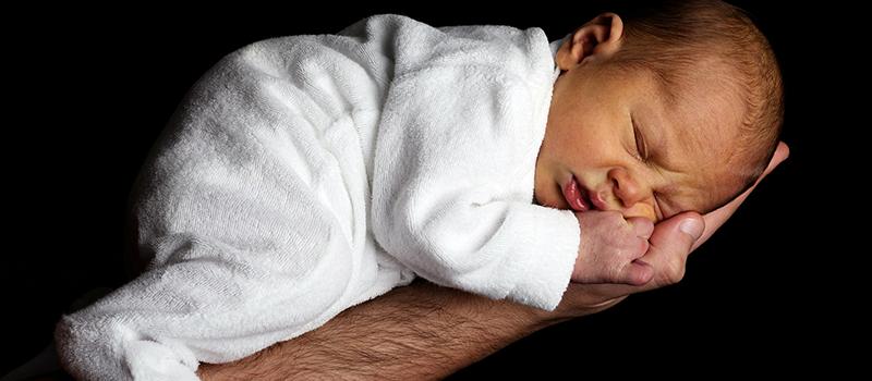 Baby schläft nur auf dem Arm
